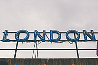 UK, London, sign in front of the sky - MAUF000085