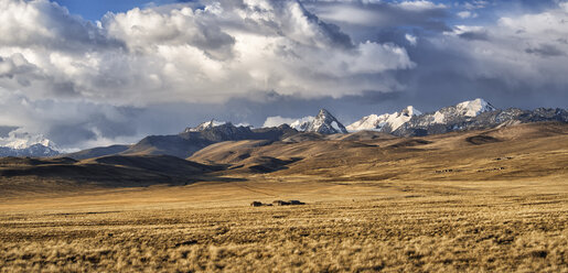 Bolivia, La Paz, Altiplano, group of small houses in the Bolivian Plateau with Cordillera Real mountains on the background - LOMF000094