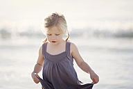 Blond little girl in front of the sea - LITF000030