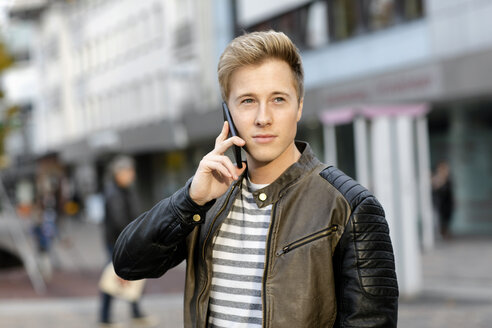 Young man on cell phone in the city - GDF000923