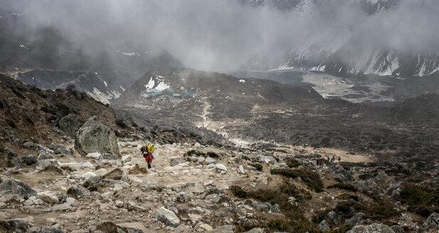 Nepal, Himalaya, Khumbu, Dughla, carrier on hiking trail - ALRF000173