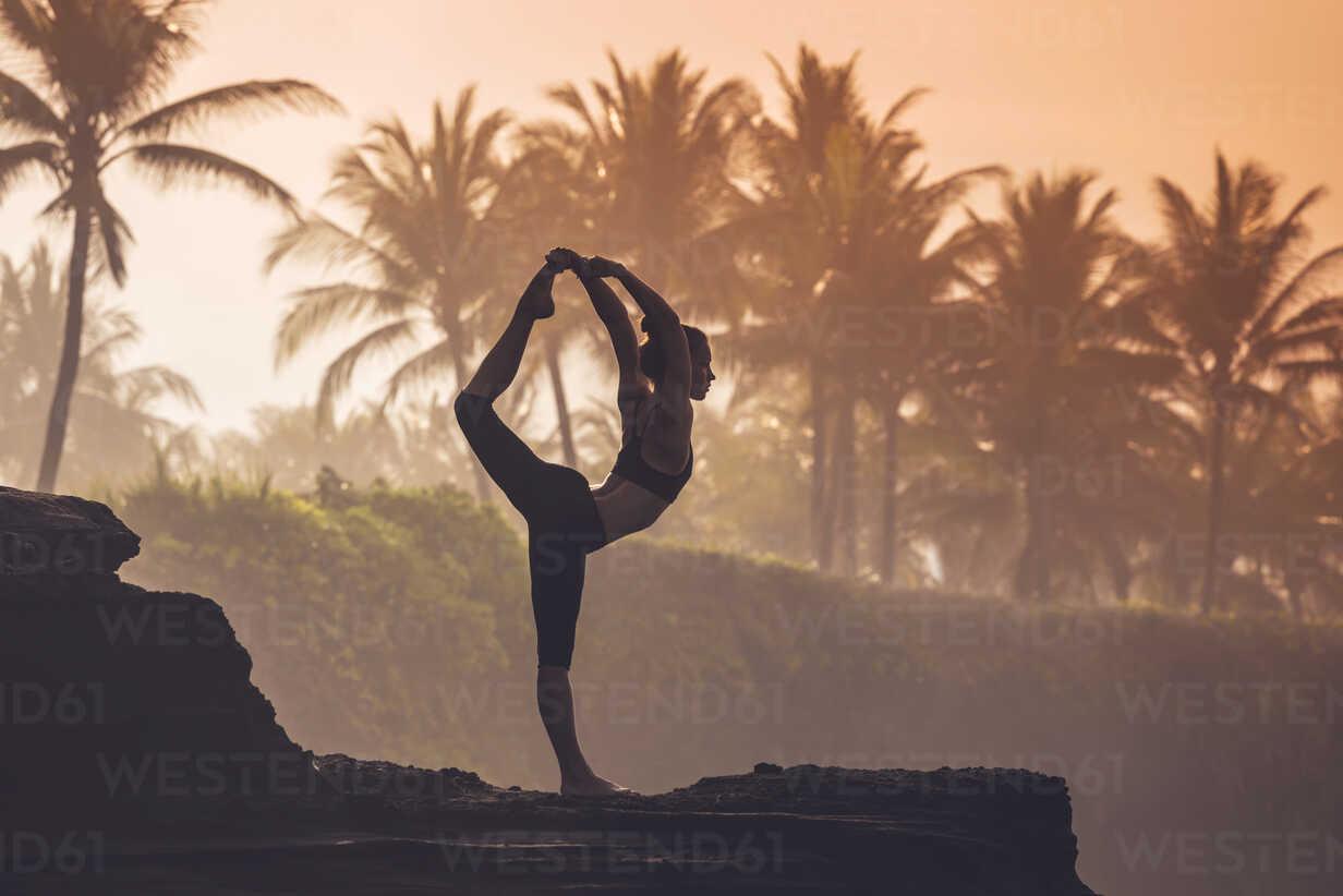 Indonesia, Bali, woman practising yoga at the coast at twilight - KNTF000196 - Konstantin Trubavin/Westend61