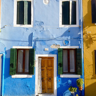 Italy, Venice, Burano, coloured houses - MEMF000921
