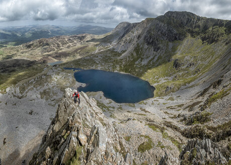UK, Wales, Cadair Idris, Cyfrwy Arete, woman rock climbing - ALRF000223