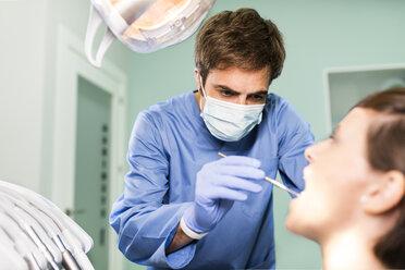 Dentist examining patient - JASF000293