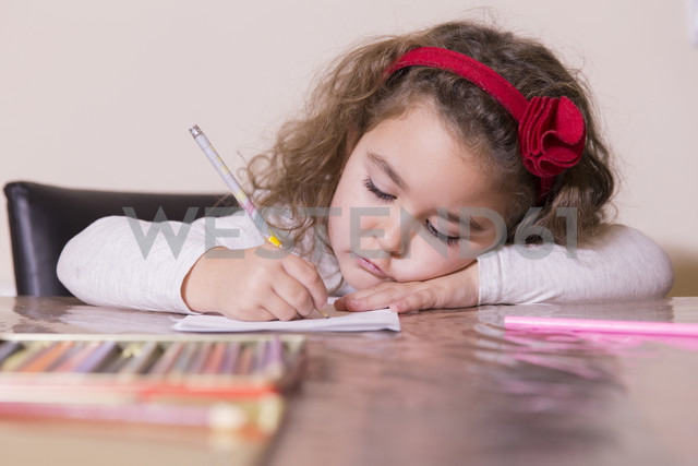 Portrait of drawing little girl - ERLF000084 - Enrique Ramos/Westend61