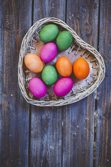 Green and pink Easter eggs in wicker basket - SBDF002543