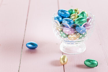 Glass bowl with chocolate Easter eggs - SBDF002561