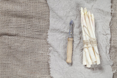 Bunch of white asparagus and peeler - SBDF002567