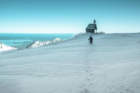 Germany, Bavaria, Chiemgau, Kampenwand, hiker high above Chiemsee in winter - HAMF000112