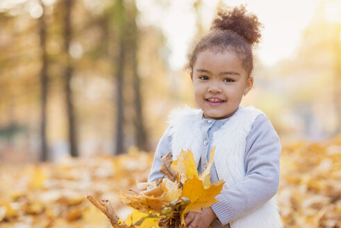 Little girl playing in autumn park - HAPF000002