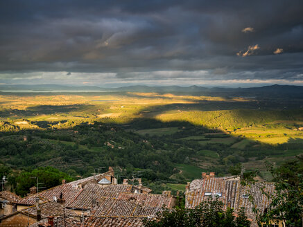 Italy, Tuscany, View from Montepulciano to Lake Trasimeno - GSF001018