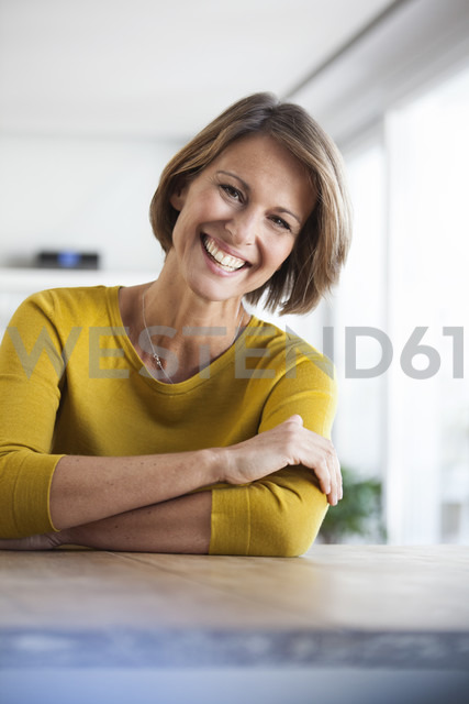Portrait of happy woman at home - RBF003626 - Rainer Berg/Westend61