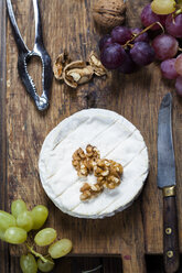 Wooden board with camembert, walnuts and grapes - SBDF002573