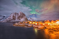 Norway, Lofoten, Hamnoy Island, Aurora over fisherman's cabins - LOMF000125