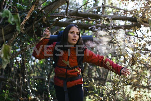 Spain, Catalunya, Girona, female hiker walking in the woods - EBSF001191 - Bonninstudio/Westend61