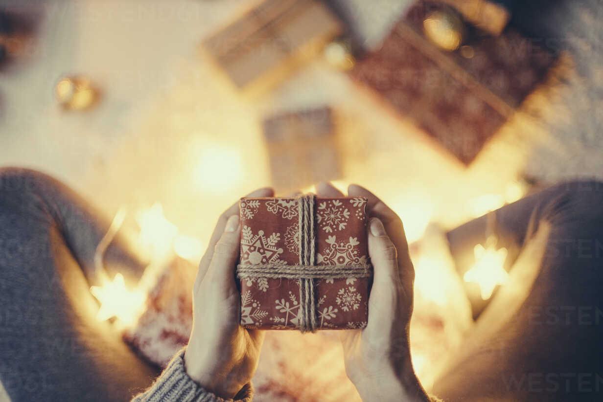 Woman's hands holding Christmas present - JPF000087 - Javier Pardina/Westend61