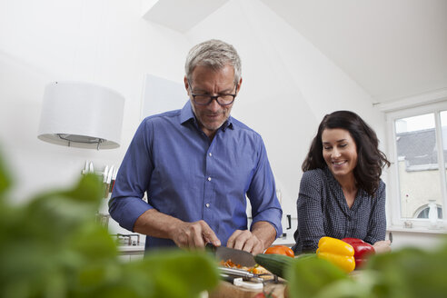Mature couple preparing vegetables in kitchen - RBF003729