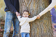 Family of three hugging tree - HAPF000074