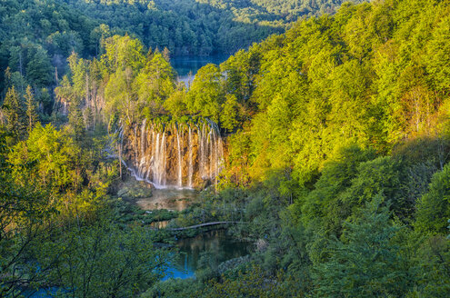 Croatia, Plitvice Lakes National Park, Waterfall and lake - LOMF000154