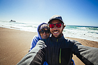 Selfie of a couple on the Pacific Coast in California - GIOF000600