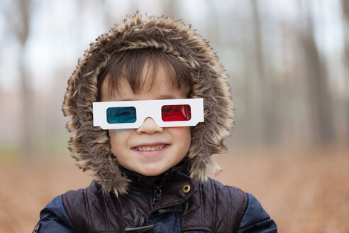 Portrait of smiling little boy wearing hooded jacket and 3D glasses - XCF000056