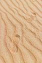 Shoe print on sand in desert - MAUF000204