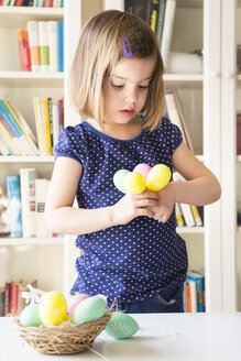 Little girl with Easter eggs - LVF004340