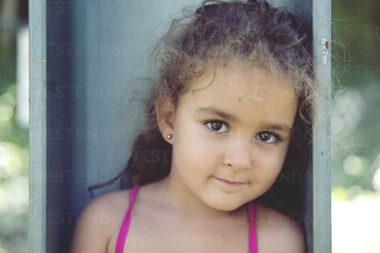 Portrait of little girl with brown eyes - ERLF000096 - Enrique Ramos/Westend61