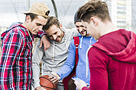 Young basketball players with smartphones - UUF006283
