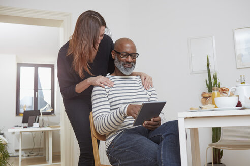 Couple with digital tablet in the kitchen - RHF001201