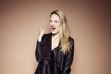 Portrait of screaming blond woman - DAWF000403