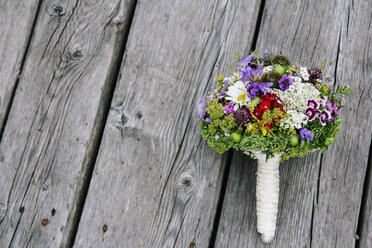 Bridal bouquet on wood - DAWF000420