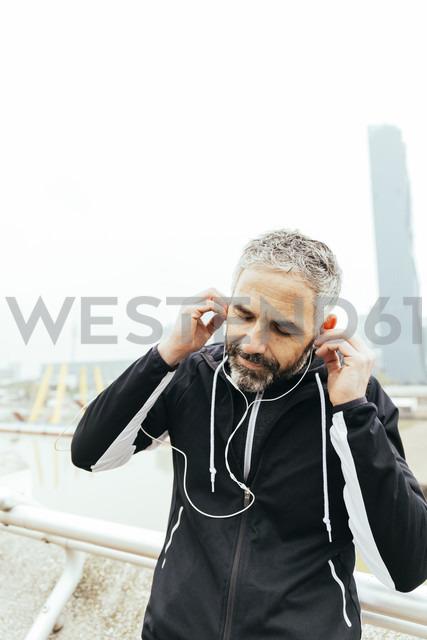 Austria, Vienna, athlete wearing earphones - AIF000158 - AustrianImages/Westend61