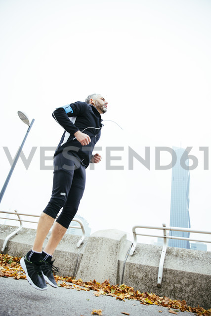 Austria, Vienna, athlete jumping on Donauinsel - AIF000161 - AustrianImages/Westend61