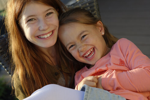 Portrait of two laughing girls - LBF001341