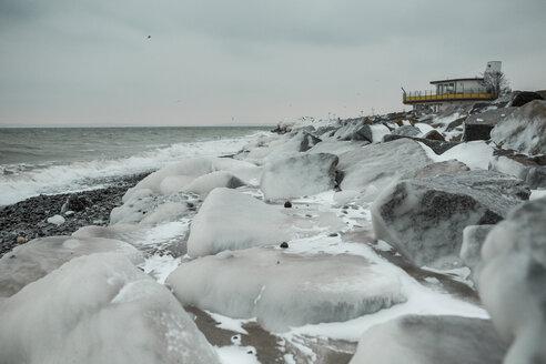 Germany, Mecklenburg-Western Pomerania, Ruegen, Sassnitz, Baltic Sea coast with building in winter - ASCF000428