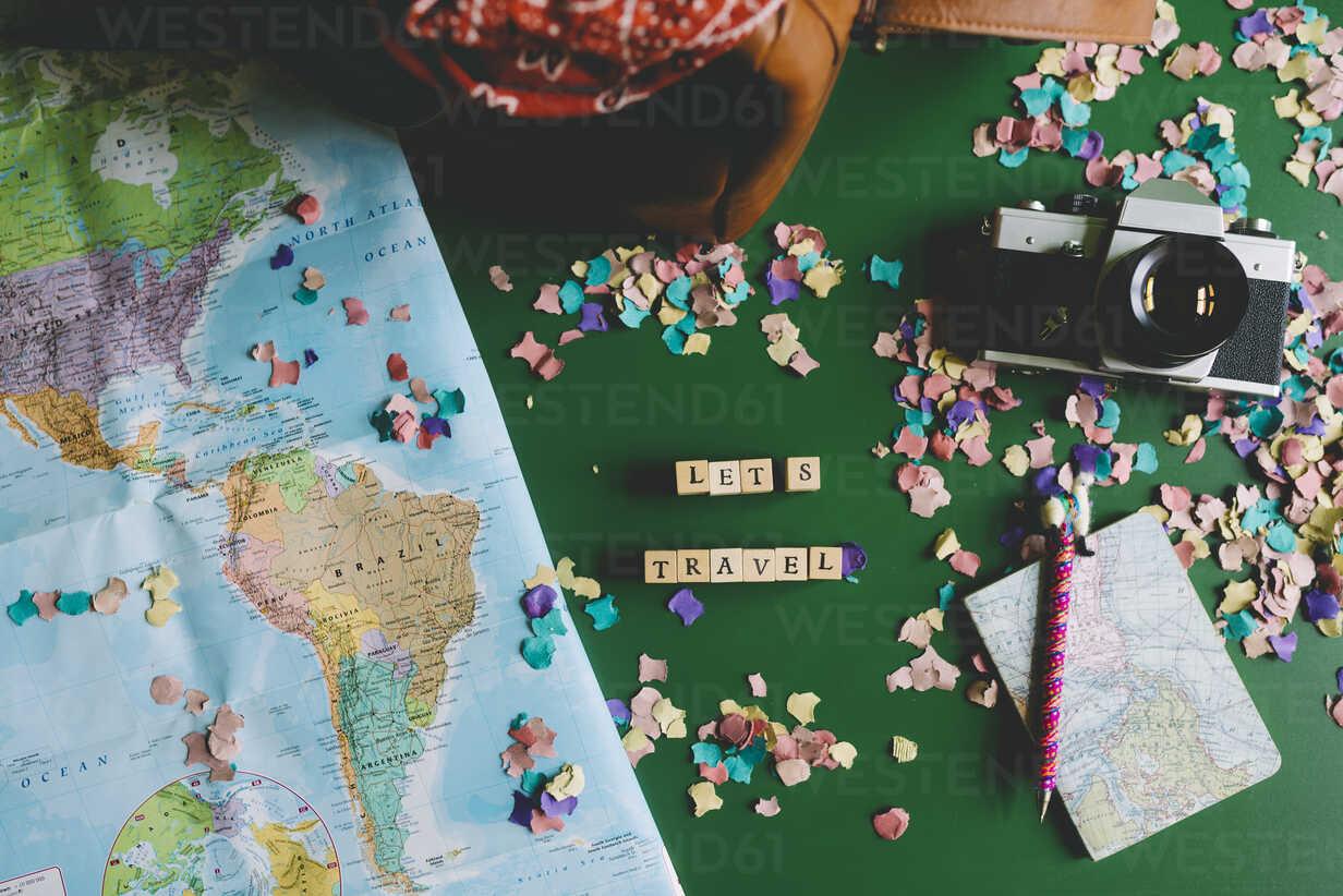 Map next to a camera, a travel bag and a notebook with a funny llama pen - GEM000594 - Gemma Ferrando/Westend61