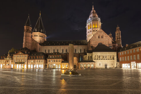 Germany, Rhineland-Palatinate, Mainz, Cathedral and Heunen Column at market place at night - WIF003073