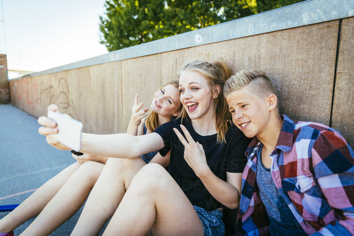 Three happy teenagers outdoors taking a selfie - AIF000173 - AustrianImages/Westend61