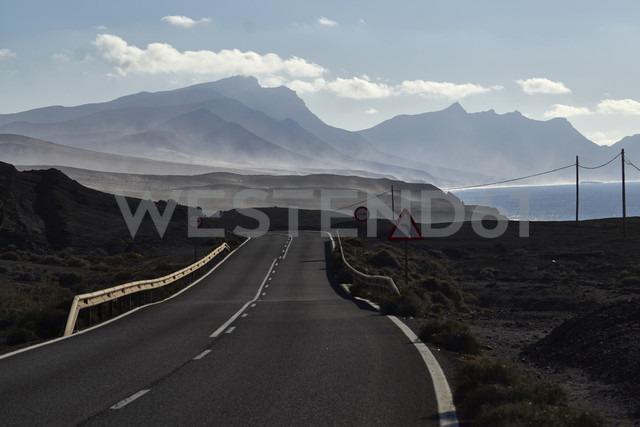 Spain, Canary Islands, Fuerteventura, La Pared, Coast road - FMKF002228 - Jo Kirchherr/Westend61