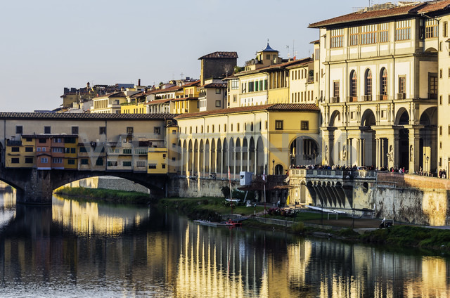 Italy, Tuscany, Florence, Arno River and Ponte Vecchio - THAF001555 - Thomas Haupt/Westend61