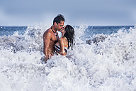 Couple in love kissing in the sea - SIPF000014