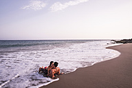 Couple in love kissing in the sea - SIPF000020