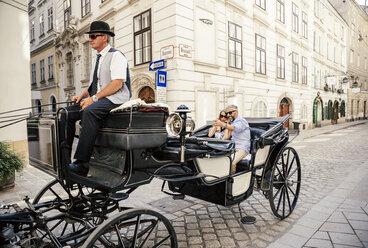 Austria, Vienna, tourists taking a selfie in a fiaker - AIF000268