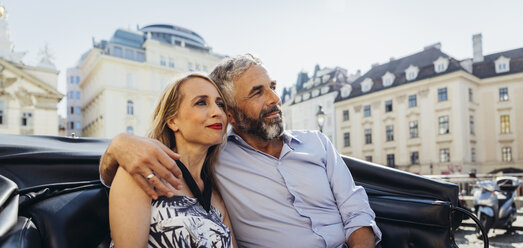 Austria, Vienna, couple in love on sightseeing tour in a fiaker - AIF000274