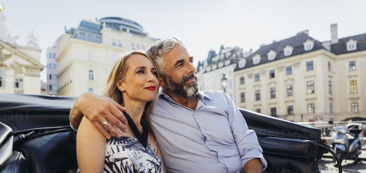 Austria, Vienna, couple in love on sightseeing tour in a fiaker - AIF000274 - AustrianImages/Westend61