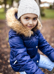 Portrait of little girl wearing blue jacket in autumn - MGOF001242