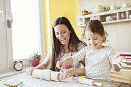 Portrait of mother and her little daughter baking together - HAPF000144