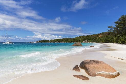 Seychelles, Praslin, Anse Lazio, beach and catamarans - FOF008388